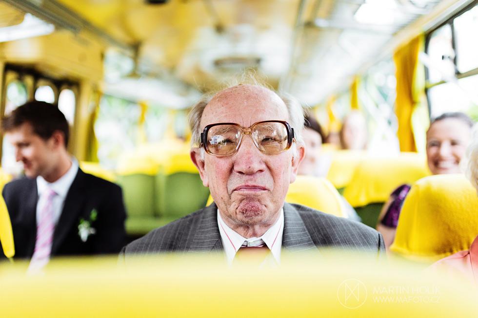 dedecek-ve-svatebnim-autobuse