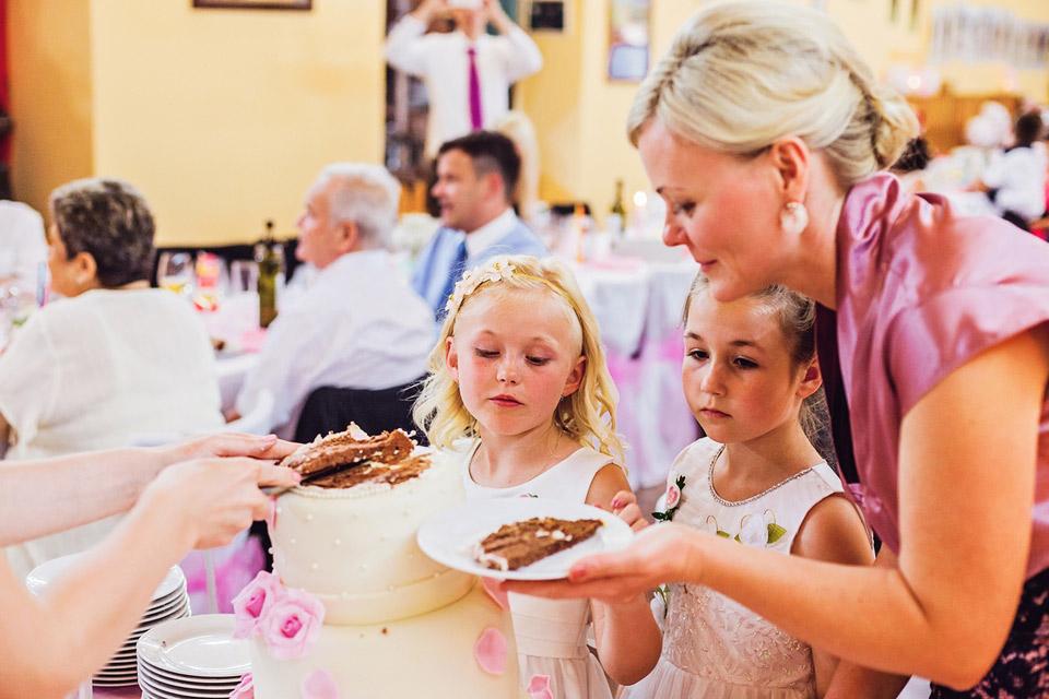 deti-cekaji-na-svatebni-dort