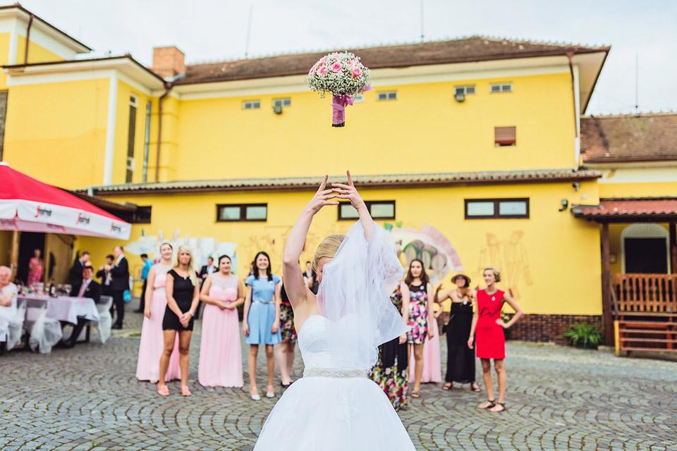fotografie-letici-svatebni-kytice