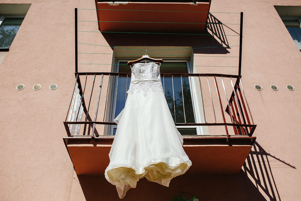 fotografie-svatebnich-satu-zavesenych-na-balkone