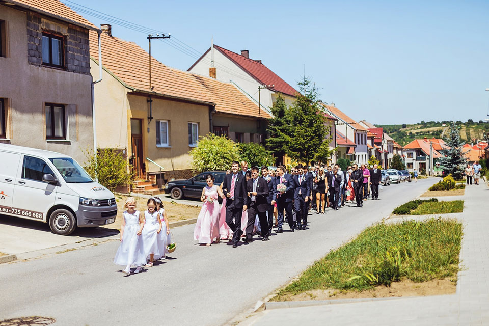 hoste-kraci-smerem-ke-kostelu