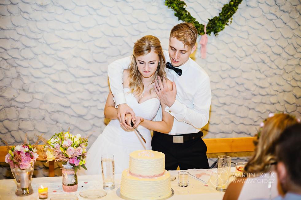 krajeni-svatebniho-dortu
