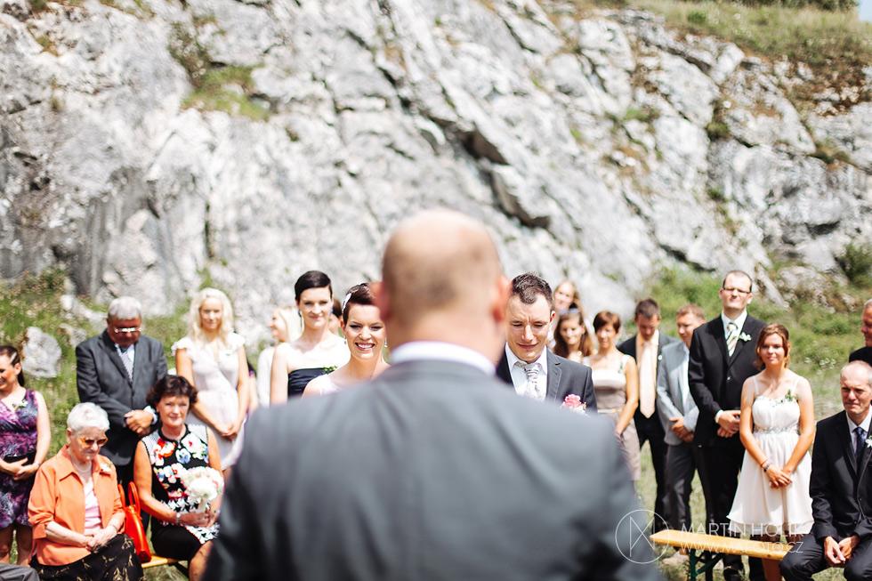 oddavajici-na-svatebnim-obrade-v-pozadi-zenich-a-nevesta
