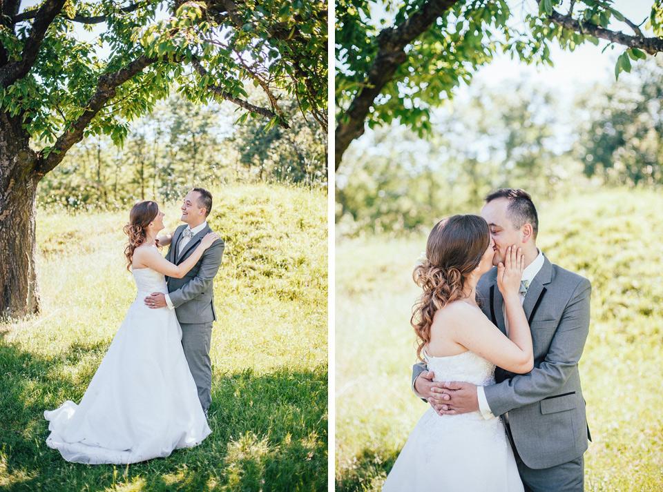 romanticky-polibek-mezi-stromy-v-sadu