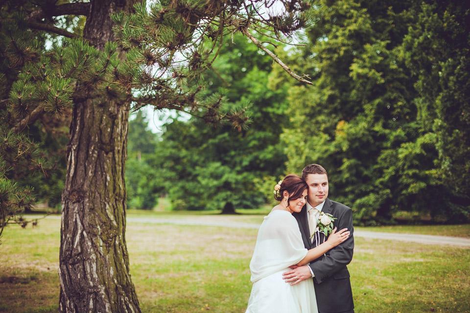 romanticky-svatebni-portret-v-parku
