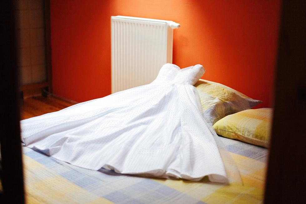 svatebni-saty-na-posteli