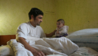 Romský tát s miminkem