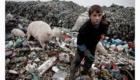 Chlapec odnáší odpadky ze skládky