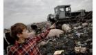 Bagr na albánské skládce zarovnává odpadky