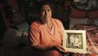 Romská babička ukazuje portrét svých vnoučat