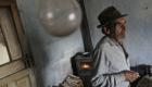 Romský dědeček přemýšlí u cigarety