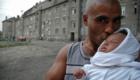 Hrdý táta na romském sídlišti