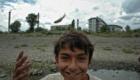 Romský chlapec zahazuje chycenou rybu